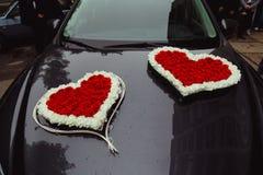 Εξετάστε άνωθεν τις καρδιές λουλουδιών στη μαύρη κουκούλα Στοκ Εικόνα
