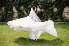 Εξετάστε άνωθεν το όμορφο φίλημα γαμήλιων ζευγών στο eveni στοκ εικόνα