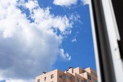 Εξετάστε έξω παράθυρο τα σύννεφα Στοκ φωτογραφία με δικαίωμα ελεύθερης χρήσης