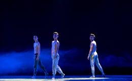 εξετάστε καρδιά-ισχυρό κάποιου ο άτομο-εθνικός λαϊκός χορός Στοκ φωτογραφία με δικαίωμα ελεύθερης χρήσης