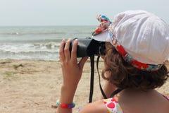 Εξετάστε την απόσταση μέσω των διοπτρών Στοκ εικόνες με δικαίωμα ελεύθερης χρήσης