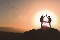 Εξετάστε την επιτυχία και γιορτάστε τη νίκη στοκ φωτογραφία με δικαίωμα ελεύθερης χρήσης