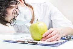 Εξετάστε το μήλο Στοκ φωτογραφίες με δικαίωμα ελεύθερης χρήσης