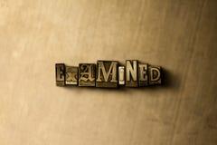 ΕΞΕΤΑΣΜΕΝΟΣ - κινηματογράφηση σε πρώτο πλάνο της βρώμικης στοιχειοθετημένης τρύγος λέξης στο σκηνικό μετάλλων Στοκ Φωτογραφίες