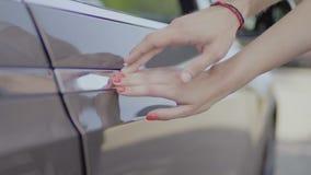 Εξευγενίστε να αγγίξει στη λαβή του ηλεκτρικού αυτοκινήτου απόθεμα βίντεο