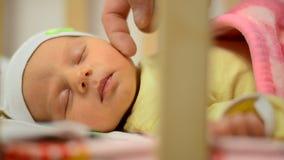 Εξευγενίστε σχετικά με το μάγουλο του νεογέννητου μωρού, κινηματογράφηση σε πρώτο πλάνο, χρόνος ύπνου φιλμ μικρού μήκους