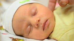 Εξευγενίστε σχετικά με το μάγουλο του νεογέννητου μωρού, κινηματογράφηση σε πρώτο πλάνο, χρόνος ύπνου απόθεμα βίντεο