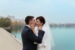 Εξευγενίστε τη νύφη και το νεόνυμφο εναγκαλισμού Στοκ Εικόνα