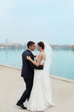 Εξευγενίστε τη νύφη και το νεόνυμφο εναγκαλισμού Στοκ Φωτογραφίες