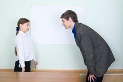 εξηγεί στο κορίτσι κάτι στο δάσκαλο Στοκ φωτογραφία με δικαίωμα ελεύθερης χρήσης