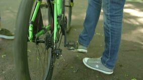 Εξιδεικευμένος τεχνικός που παίρνει το κατάστημα ποδηλάτων προσοχής φιλμ μικρού μήκους