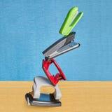 Εξισορροπημένη κατασκευή staplers και των punchers τρυπών σε μηδέν στοκ φωτογραφία με δικαίωμα ελεύθερης χρήσης