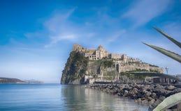 Εξισώνοντας κοντά σε Aragonese Castle, ισχία νησιών, Ιταλία Στοκ φωτογραφία με δικαίωμα ελεύθερης χρήσης