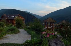 Εξισώνοντας στο χωριό παγετώνων στη μέση των βουνών, της υδρονέφωσης και του ουρανού Carpathians στοκ εικόνες