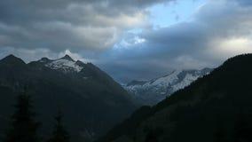 Εξισώνοντας cloudscape των ευρωπαϊκών ορών στο Τύρολο, Αυστρία Σειρά βουνών Tauern Δεξαμενή Gerlos απόθεμα βίντεο
