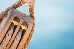 Εξοπλίζοντας, θαλάσσια σκηνή, κινηματογράφηση σε πρώτο πλάνο της ξύλινης τροχαλίας με τα ναυτικά σχοινιά στοκ φωτογραφία με δικαίωμα ελεύθερης χρήσης
