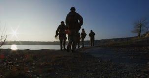Εξοπλισμένοι και οπλισμένοι στρατιώτες που περπατούν στο ενιαίο αρχείο απόθεμα βίντεο