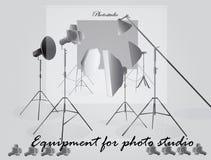 Εξοπλισμός για ένα στούντιο φωτογραφιών σε ένα ελαφρύ υπόβαθρο ελεύθερη απεικόνιση δικαιώματος
