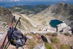 Εξοπλισμός για στο υπόβαθρο των βουνών στοκ εικόνα