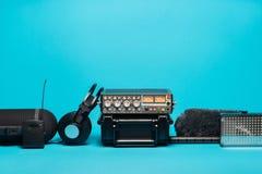 Εξοπλισμός για την ακουστική καταγραφή τομέων στο μπλε υπόβαθρο Στοκ φωτογραφίες με δικαίωμα ελεύθερης χρήσης