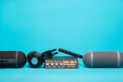 Εξοπλισμός για την ακουστική καταγραφή τομέων στο μπλε υπόβαθρο Στοκ Φωτογραφίες