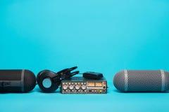 Εξοπλισμός για την ακουστική καταγραφή τομέων στο μπλε υπόβαθρο Στοκ φωτογραφία με δικαίωμα ελεύθερης χρήσης