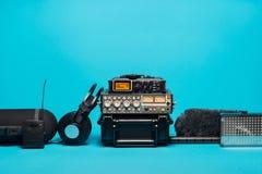 Εξοπλισμός για την ακουστική καταγραφή τομέων στο μπλε υπόβαθρο Στοκ Εικόνες