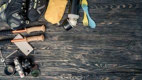Εξοπλισμός για την οδοιπορία και το ταξίδι στο ξύλινο υπόβαθρο με το διάστημα αντιγράφων στοκ φωτογραφία με δικαίωμα ελεύθερης χρήσης