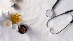 Εξοπλισμός για τους αρρώστους ανθρώπων υποστήριξης με το στηθοσκόπιο και το ιατρικό χάπι στοκ εικόνες