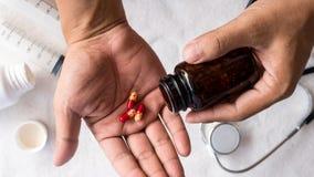 Εξοπλισμός για τους αρρώστους ανθρώπων υποστήριξης με το στηθοσκόπιο και το ιατρικό χάπι στοκ φωτογραφία με δικαίωμα ελεύθερης χρήσης