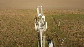 Εξοπλισμός για το κυψελοειδές και κινητό σήμα κυψελοειδής πύργος απόθεμα βίντεο