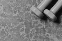 Εξοπλισμός διαμόρφωσης και ικανότητας Barbells που τοποθετείται parallelly, διάστημα αντιγράφων στοκ φωτογραφία