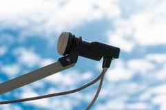 Εξοπλισμός εγχώριας δορυφορικής τηλεόρασης, όμορφος νεφελώδης μπλε ουρανός Στοκ Εικόνα
