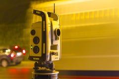 Εξοπλισμός επιπέδων λέιζερ στην οδική επισκευή Στοκ Εικόνες