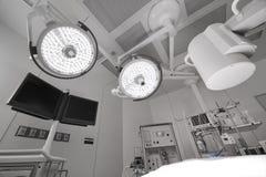 Εξοπλισμός και ιατρικές συσκευές στο σύγχρονο λειτουργούν δωμάτιο Στοκ φωτογραφίες με δικαίωμα ελεύθερης χρήσης