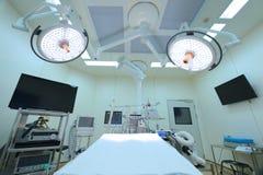 Εξοπλισμός και ιατρικές συσκευές στο σύγχρονο λειτουργούν δωμάτιο Στοκ Φωτογραφίες
