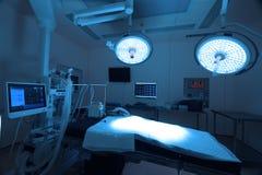 Εξοπλισμός και ιατρικές συσκευές στο σύγχρονο λειτουργούν δωμάτιο Στοκ φωτογραφία με δικαίωμα ελεύθερης χρήσης