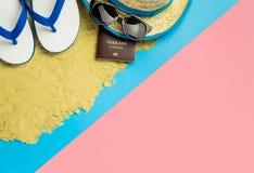 Εξοπλισμός και μόδα ταξιδιού διακοπών παραλιών μπλε ρόδινο σε κίτρινο στοκ εικόνα