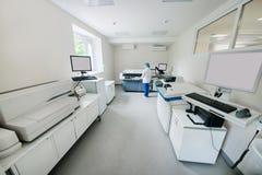 Εξοπλισμός και συσκευές για τη βιοχημεία σε ένα σύγχρονο εργαστήριο στοκ φωτογραφίες με δικαίωμα ελεύθερης χρήσης