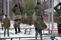 Εξοπλισμός κατάρτισης για τους στρατιωτικούς αλεξιπτωτιστές πριν από τα πρώτα άλματα Στοκ Εικόνα