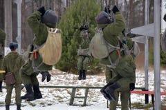 Εξοπλισμός κατάρτισης για τους στρατιωτικούς αλεξιπτωτιστές πριν από τα πρώτα άλματα Στοκ Φωτογραφία