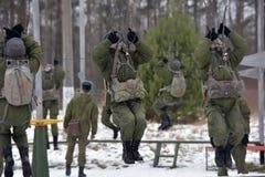 Εξοπλισμός κατάρτισης για τους στρατιωτικούς αλεξιπτωτιστές πριν από τα πρώτα άλματα Στοκ εικόνα με δικαίωμα ελεύθερης χρήσης