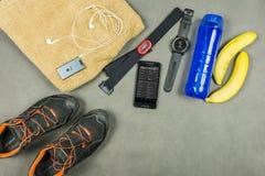 Εξοπλισμός κατάρτισης δρομέων Ένας σφυγμός που μετρά το σύνολο, ένα isotonic ποτό, μπανάνες, μια πετσέτα, ένα iPod με τα ξηρά σακ Στοκ Εικόνα
