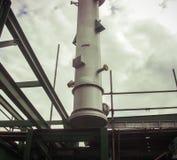 Εξοπλισμός κατά τη διάρκεια της εγκατάστασης στο εργοστάσιο χημικής βιομηχανίας στοκ εικόνες με δικαίωμα ελεύθερης χρήσης