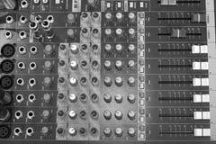 Εξοπλισμός κουμπιών στο ακουστικό στούντιο καταγραφής του πράσινου χρώματος Στοκ Φωτογραφίες