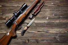 Εξοπλισμός κυνηγιού στο παλαιό ξύλινο υπόβαθρο Στοκ Εικόνες