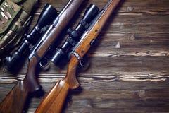 Εξοπλισμός κυνηγιού στο παλαιό ξύλινο υπόβαθρο Στοκ Φωτογραφίες