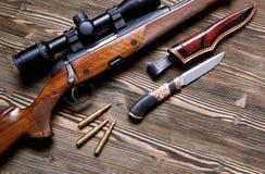 Εξοπλισμός κυνηγιού στο παλαιό ξύλινο υπόβαθρο Στοκ Εικόνα
