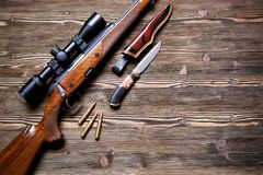 Εξοπλισμός κυνηγιού στο παλαιό ξύλινο υπόβαθρο Στοκ φωτογραφία με δικαίωμα ελεύθερης χρήσης