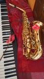 Εξοπλισμός ορείχαλκου Saxophone και η μουσική πιάνων στοκ εικόνες με δικαίωμα ελεύθερης χρήσης